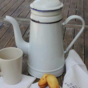 Antike Kaffeekanne mit Filter Emaille