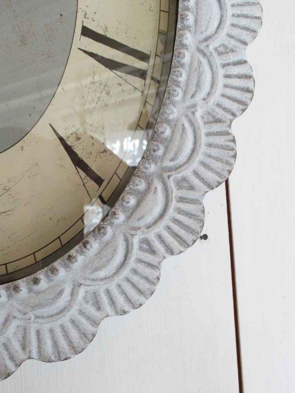 große shabby Uhr aus weißgrauem Metall