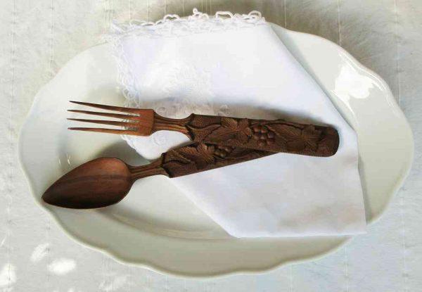 altes Salatbesteck Holz mit Weintraubendekor BLUE COTTAGE