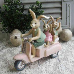 Osterhasenfamilie auf Motorroller BLUE COTTAGE