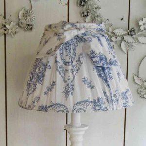 Tischleuchte mit Toile de Jouy Schirm GROSS - BLUE COTTAGE